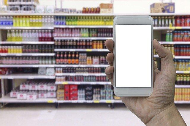persona mirando etiquetas en un supermercado
