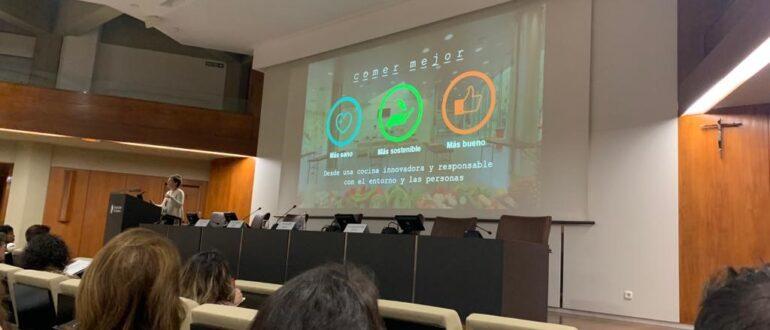 ponente explicando en una pizarra