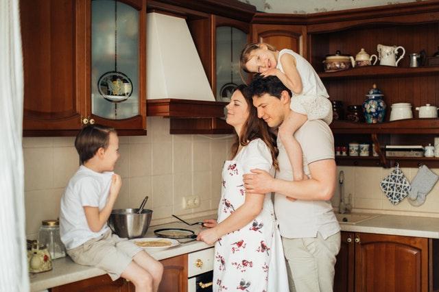 familia cocinando